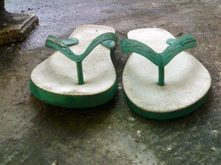 Sandal yang Ditukar